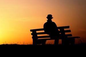 hd-achtergrond-met-man-op-bankje-bij-zonsondergang